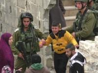 İşgalci İsrail'in askerleri, 8 yaşındaki Filistinli çocuğu yalın ayak sürükledi