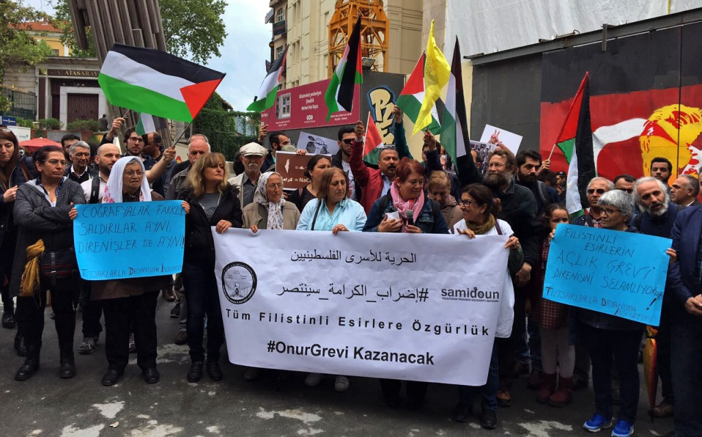 وقفة تضامنية مع إضراب الحرية والكرامة في يومه العشرين في مدينة اسطنبول