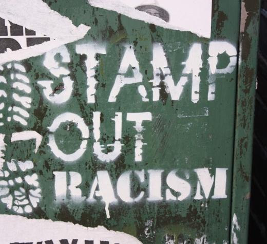"""""""Irkçılığın kökünü kazı"""" [Belfast'taki Eblana Sokağı'nda bir duvar yazısı, Ağustos 2010. Görüntüleyen Ardfern. Wikimedia'dan alınmıştır.]"""