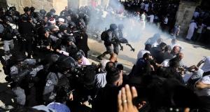 İsrail işgal güçleri Mescid-i Aksa içinde Filistinlilere saldırdı: En az 61 yaralı